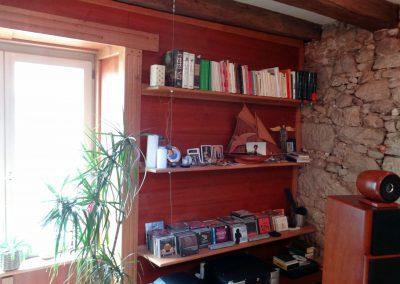 Bibliothèque et encadrement sur-mesure en chêne et merisier