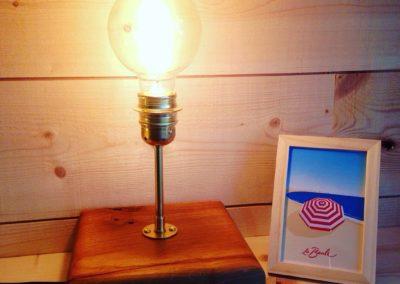 Lampe à poser en chêne massif 89€